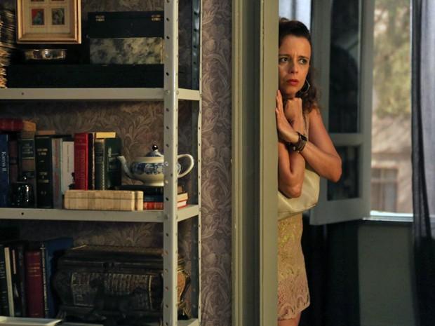Malandra se esconde para vasculhar casa de mordomo (Foto: Pedro Curi/ Gshow)