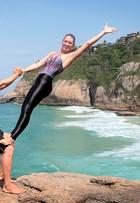 Mario Frias e a mulher mostram posições da acroyoga, mistura de acrobacia com ioga