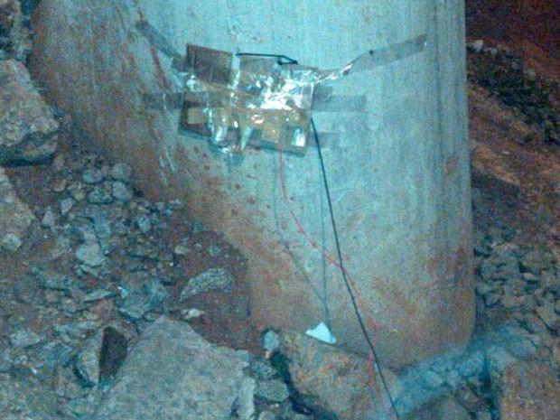 Dinamites presas com fitas à coluna de sustentação da Linha 15, no dia 29 de junho. (Foto: Reprodução)