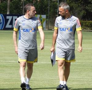Bento conversa com Ricardo Perez, que vai comandar Cruzeiro contra o Bota (Foto: Maurício Paulucci)