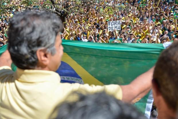 Aécio Neves é ovacionado por manifestantes durante protesto na Praça da Liberdade, em BH (Foto: Uarlen Valério/ Estadão Conteúdo)