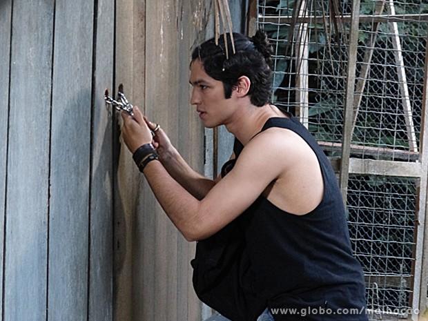 Antônio tranca Paulino sozinho na cabana do bosque (Foto: Malhação / TV Globo)