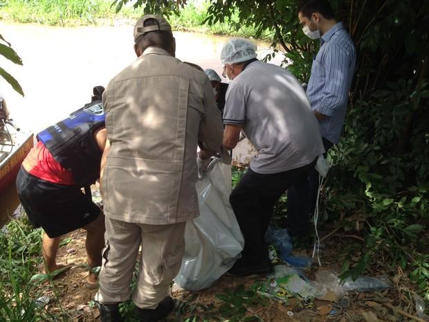 Corpo de homem foi encontrado boiando no rio Parnaíba (Foto: Catarina Costa / G1)