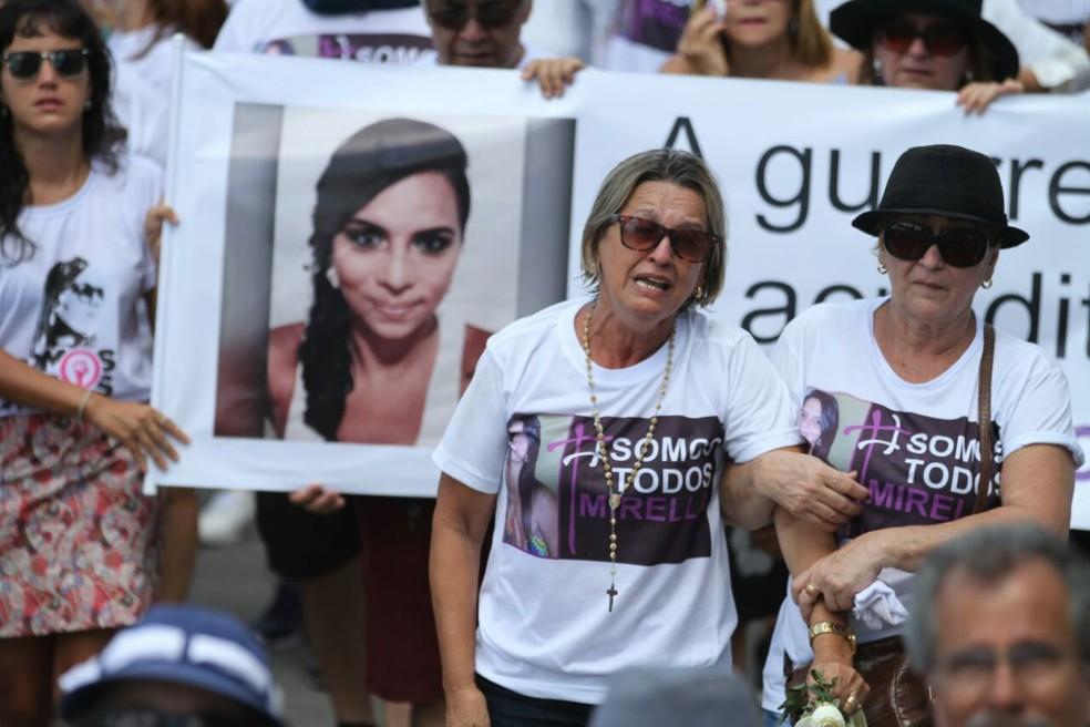 Mãe de Mirella foi amparada por amigos (Foto: Marlos Costa/ Pernambuco Press)