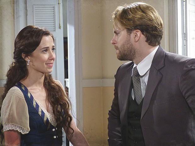 Laura conforta Edgar, após mais um escândalo de família (Foto: Lado a Lado / TV Globo)