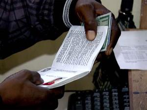Profissional desempregado procura vaga de trabalho (Foto: Reprodução / EPTV)