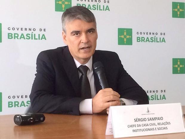 O secretário da Casa Civil do DF, Sérgio Sampaio, durante entrevista sobre pagamento dos salários dos servidores (Foto: Mateus Vidigal/G1)