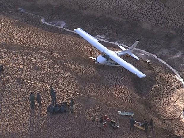 Segundo bombeiros, três pessoas ficaram feridas no acidente envolvendo avião de pequeno porte (Foto: Reprodução / TV Globo)