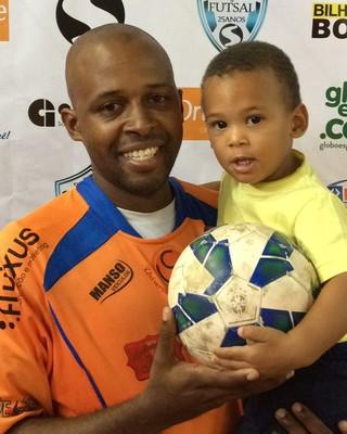 Aílton dedicou a vitória e os gols ao filho, Pedro, de dois anos (Foto: Divulgação)