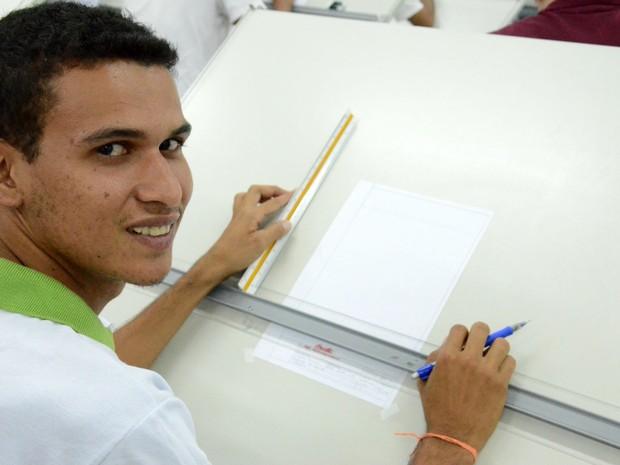 Aelson faz o curso técnico em edificações no IFRN de São Paulo do Potengi (Foto: Natália Xavier/G1)