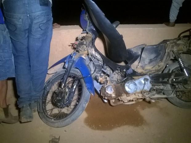 Moto bateu em mureta de proteção e condutor caiu nas pedras (Foto: Reprodução/Whatsapp)