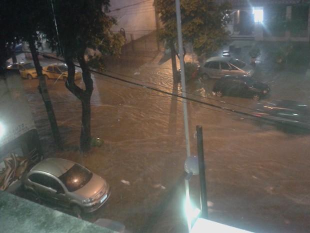 Rua Uruguai, na Tijuca, também ficou alagada (Foto: Mariana da Costa Portugal/VC no G1)