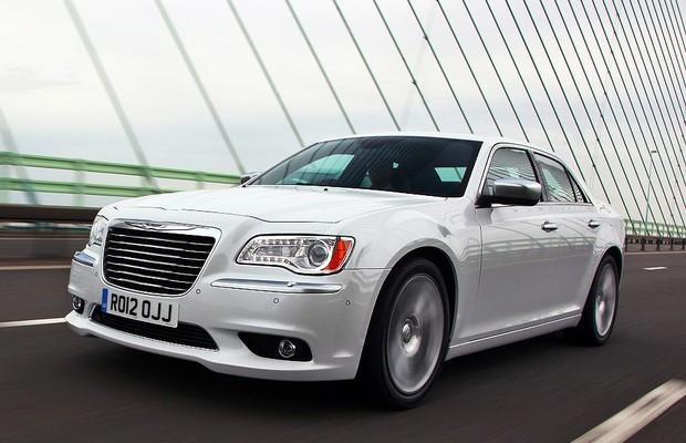 Chrysler 300C é chamado para reparo do sistema de airbag (Foto: Divulgação)