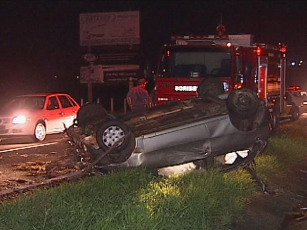Pneu do carro teria estourado e causado o acidente (Foto: Reprodução / TV TEM)