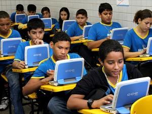 Segundo a Seduc, os netbooks e as estações de carga móveis serão oferecidos a alunos do 1º ao 9º ano (Foto: Marcio James/Semcom)