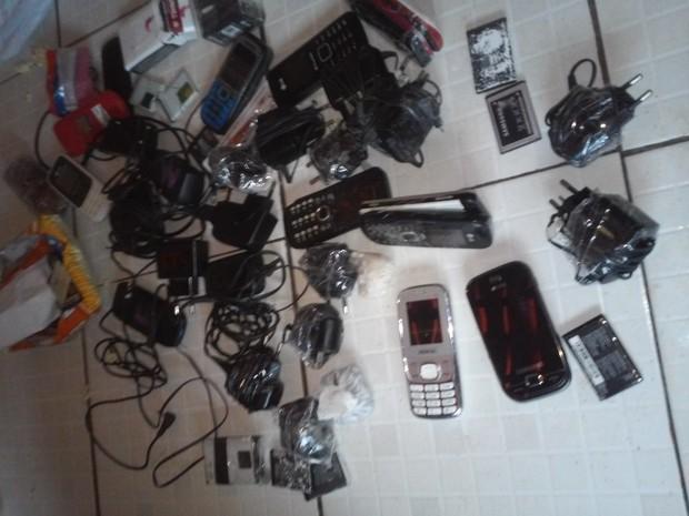 Agentes encontraram 23 celulares, 48 baterias e droga (Foto: Divulgação/Sinpoljuspi)