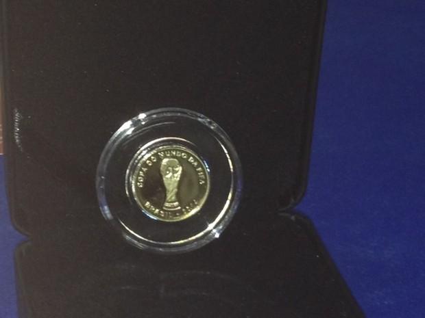 Detalhe da moeda de ouro para a Copa (Foto: Guilherme Brito / G1)