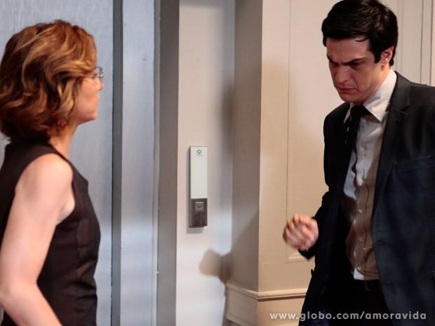Félix chora arrasado ao sair da sala de César (Foto: Pedro Curi/ TV Globo)
