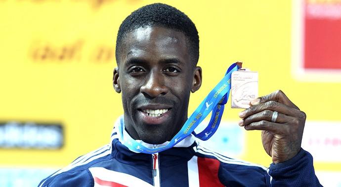 Dwain Chambers com a medalha de bronze no Mundial de Istambul (Foto: Getty Images)