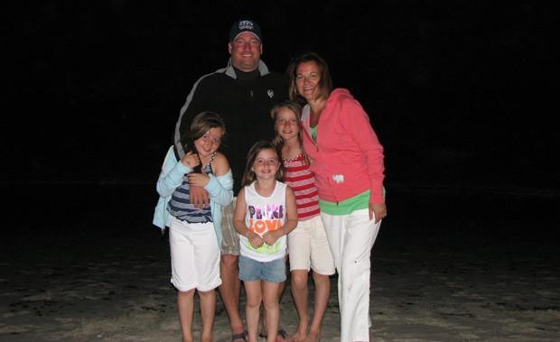 Jackie Hance, o marido Warren e as três filhas do casal, Emma, Alyson e Katie, antes da tragédia (Foto: Newscom/Glow Images)