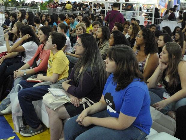 Letícia Saggese (à dir., de azul) durante o debate sobre John Green na Bienal do Livro (Foto: Andressa Castro/Divulgação)