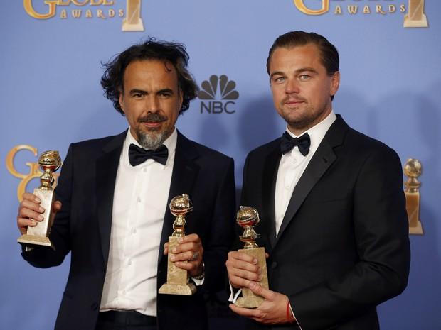 Alejandro González Iñárritu e Leonardo DiCaprio com os 3 prêmios do Globo de Ouro por 'O regresso' (Foto:  REUTERS/Lucy Nicholson)
