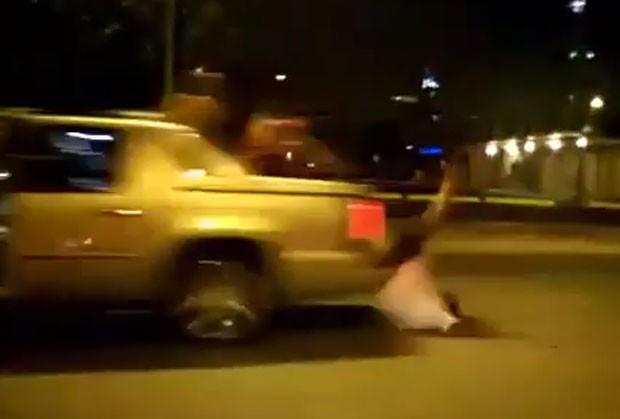 Torcedor 'pagou mico' durante comemoração do título do San Antonio Spurs e acabou caindo de cara de cima de carro nos EUA (Foto: Reprodução/YouTube/IPN8bit)
