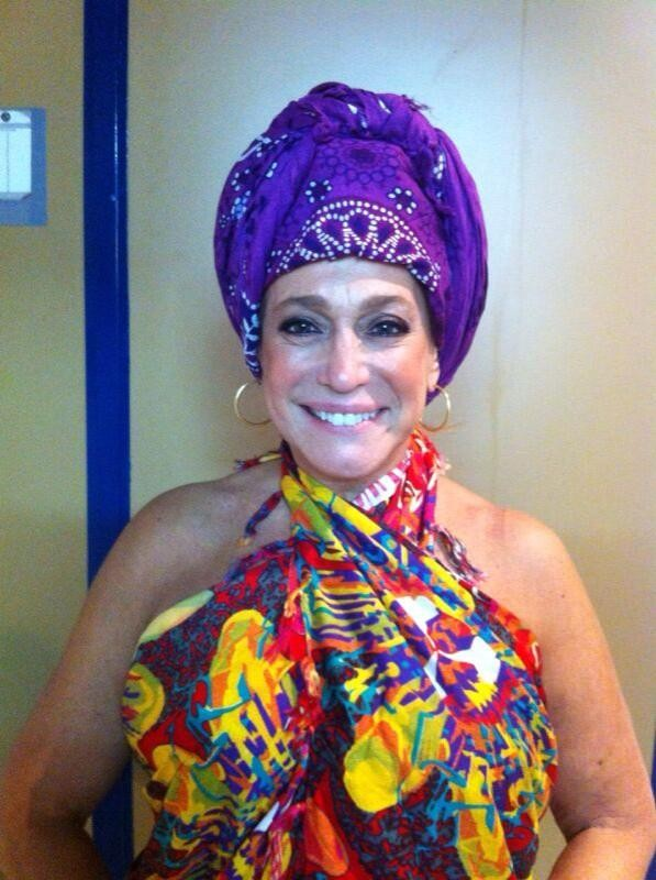 Susana Vieira coloca lenço na cabeça para homenagear Nelson Mandela (Foto: Twitter/ Reprodução)