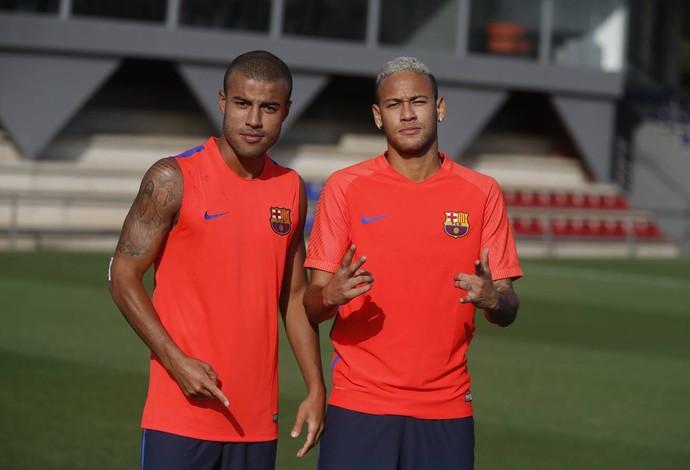 Neymar posa ao lado do amigo Rafinha no retorno ao Barcelona (Foto: Divulgação / Barcelona)