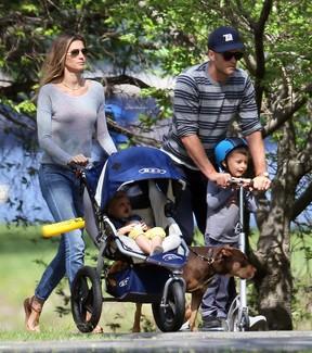 Gisele Bündchen com os filhos, Vivian e Benjamin, e o marido, Tom Brady, em Boston, nos Estados Unidos (Foto: AKM-GSI Brasil/ Agência)