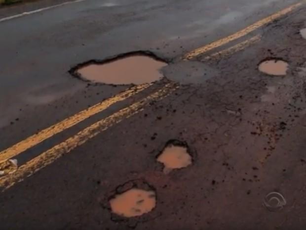 Rodovia esburacada foi considerada péssima em pesquisa da CNT (Foto: Reprodução/RBS TV)
