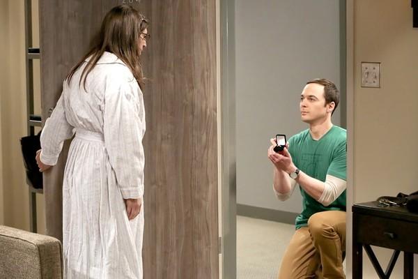 A cena de The Big Bang Theory na qual Sheldon pede a mão de Amy em casamento (Foto: Reprodução)