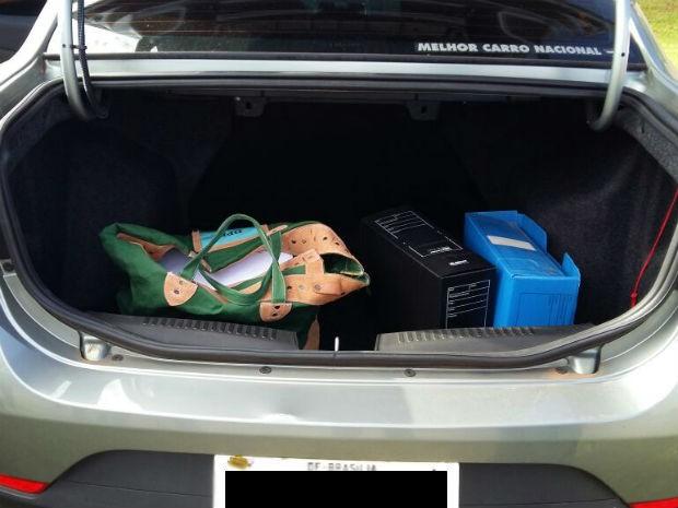 Documentos apreendidos na casa da distrital Telma Rufino (PPL) em porta-mala de veículo da Polícia Civil do DF (Foto: Isabella Calzolari/G1)