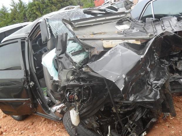 Um dos veículos ficou totalmente destruído após a batida  (Foto: Divulgação / João Trentini)