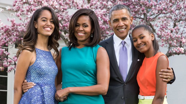 President Barack Obama, First Lady Michelle Obama, and daughters Malia and Sasha pose for a family portrait with Bo and Sunny in the Rose Garden of the White House on Easter Sunday, April 5, 2015.(Official White House Photo by Pete Souza) (Foto: The White House)