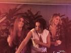 Na batida! Anitta assume carrapetas em festa de Marina e Luma Costa