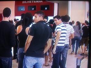 Cinéfilos de Valadares fizeram fila para prestigiar a reabertura do cinema na cidade. (Foto: Diego Souza/G1)