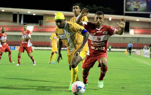 Veterano Baiano disputa bola com Thiago Potiguar, do CRB (Foto: Ailton Cruz/Gazeta de Alagoas)