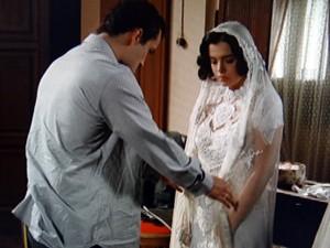 Berto não resiste ao ver Lindinalva vestida de noiva (Foto: Gabriela / TV Globo)
