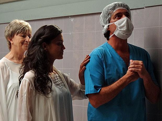 Gabriel apela por uma ajuda divina para salvar Clara (Foto: Amor Eterno Amor/TV Globo)