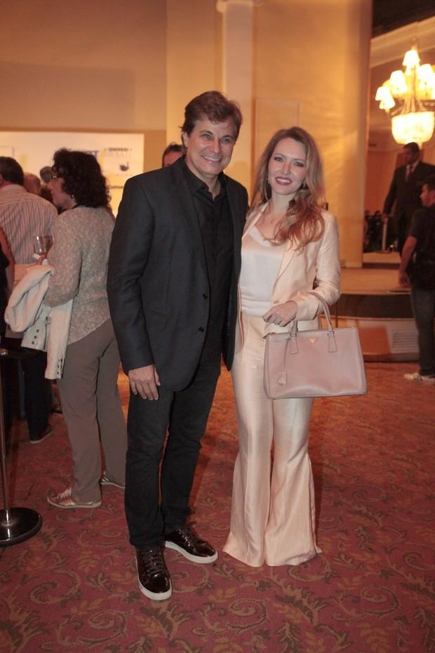 Edson Celulari e Karin Roepke (Foto: Isac Luz / EGO)