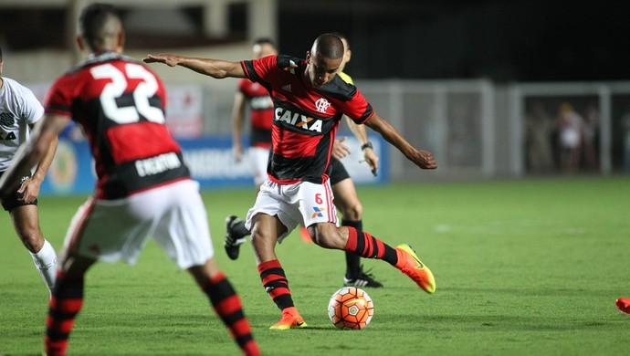 Jorge chuta para marcar o segundo gol do Flamengo contra o Figueirense (Foto: Gilvan de Souza/Flamengo)