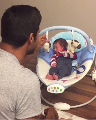 Beto Malfacine baba pelo filho Aarão (Foto: Reprodução/Instagram)