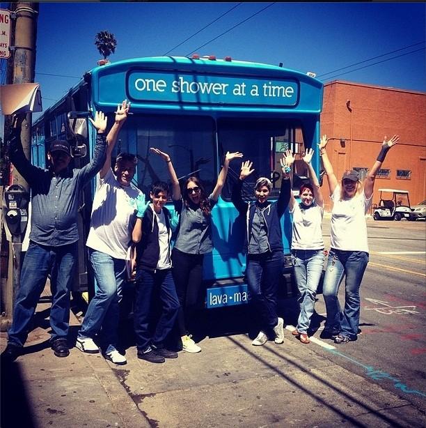 Equipe comemora o primeiro dia de serviço do ônibus-banheiro (Foto: Reprodução/ Instagram)