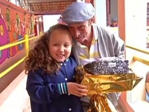 Seu José Rosa, que está em asilo de Mogi das Cruzes conta que é a primeira vez que ganha presente de Natal (Foto: Reprodução/TV Diário)