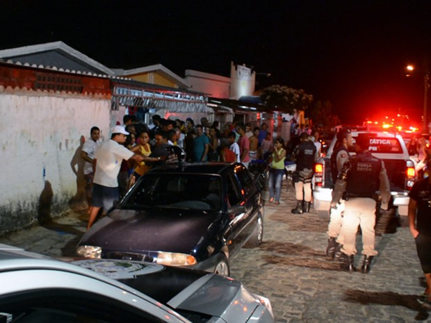 Várias pessoas estavam na igreja no momento do tiroteio, que deixou três pessoas feridas (Foto: Walter Paparazzo/G1)