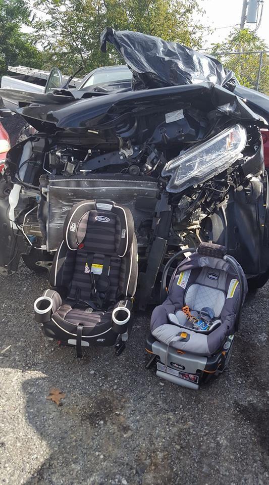 O acidente: as cadeirinhas inteiras e o carro, destruído (Foto: Reprodução - Facebook)