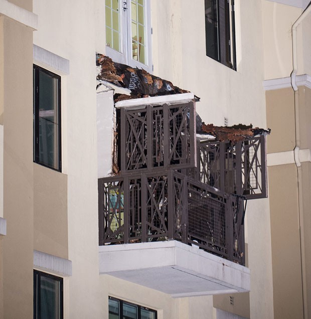 A varanda ficava no último piso de um edifício de três andares em Berkeley, na Califórnia (Foto: Noah Berger/AP)