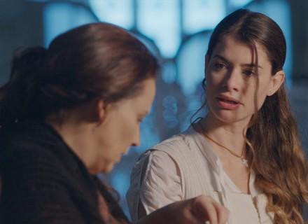 Lívia revela segredo a Emília