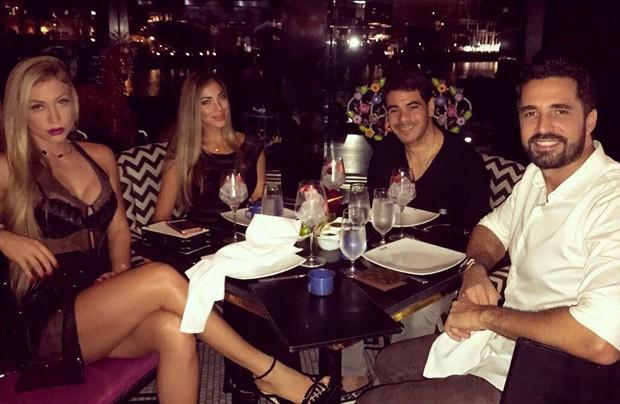 Latino e a namorada, Jéssica Rodrigues, curtem jantar com Juan Labarca (Foto: MF Press Global)